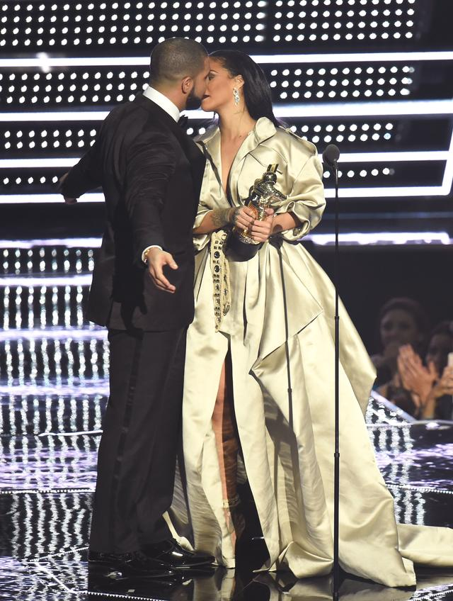 Rihanna and Drake at 2016 MTV VMAs