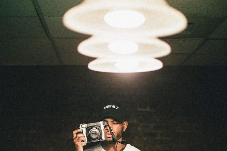 Bryson Tiller taking a picture