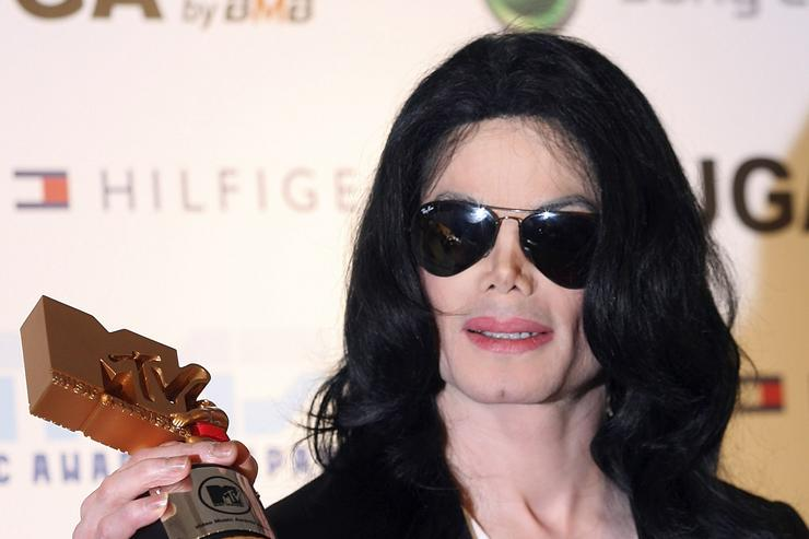 Legend Award winner Michael Jackson poses with his award at the 2006 MTV Video Music Awards at the Yoyogi National Athletic Stadium May 27, 2006 in Tokyo, Japan.