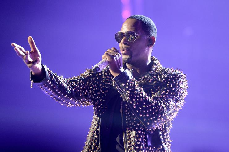 R. Kelly performs at 2013 BET Awards
