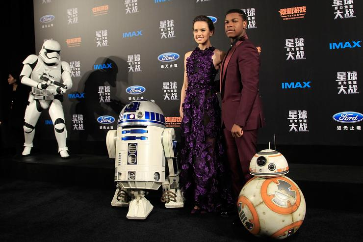 Daisy Ridley, left, John Boyega, right, attend the premiere of Star Wars on December 27, 2015 in Shanghai, China