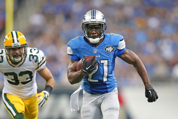 Reggie Bush #21 of the Detroit Lions runs 21 yard for a fourth quarter touchdown as Micah Hyde #33 of the Green Bay Packers gives chase during the game at Ford Field on September 21, 2014 in Detroit, Michigan
