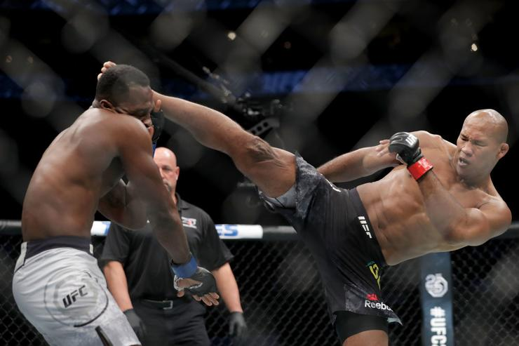 Ronaldo 'Jacare' Souza knocks out Derek Brunson